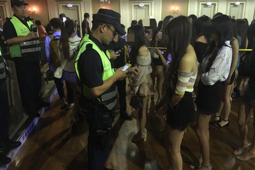 警方常以專案臨檢各酒店,但近期新冠肺炎疫情延燒,也表示一定會戴口罩,並減少接觸。...