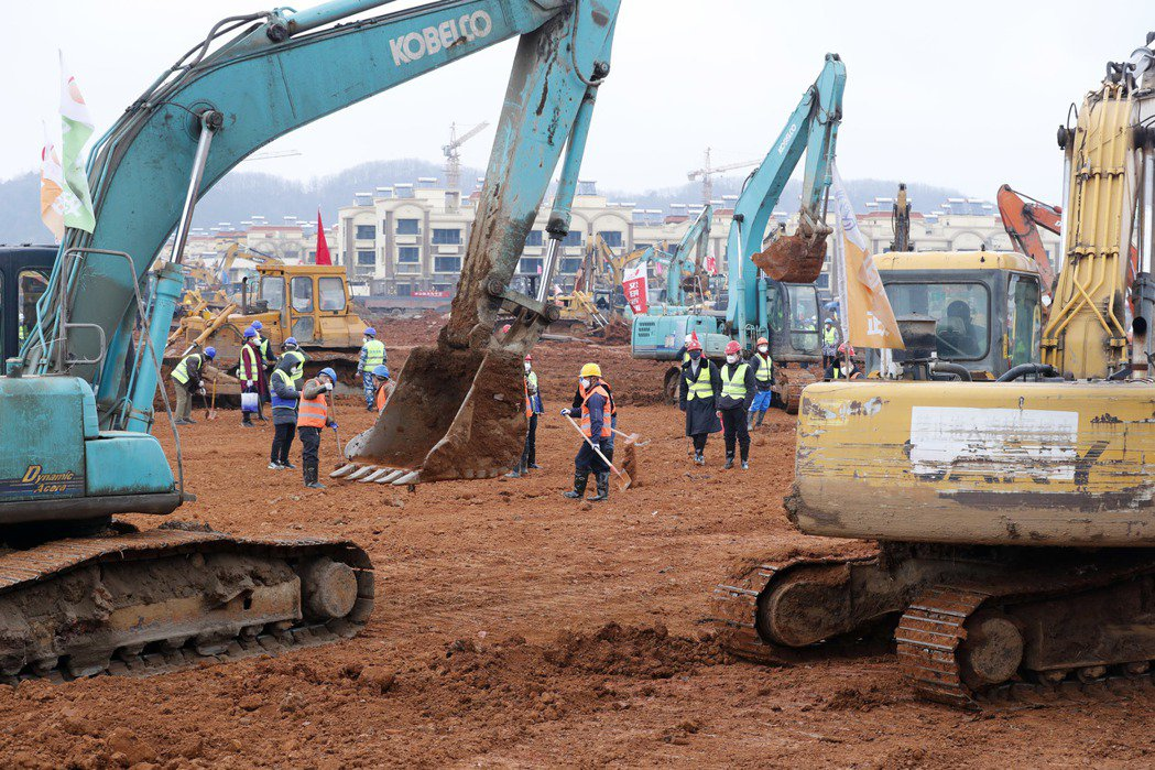 武漢市蔡甸區的火神山醫院建設現場,建築工人施工中。 (中新社資料照片)