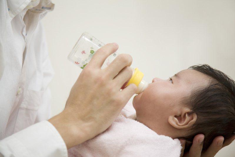 嬰兒喝奶示意圖。圖/ingimage