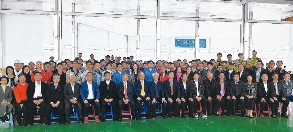 經濟部部長沈榮津(前左八)與工具機公會支援口罩設備生產的工具機廠商老闆及工程師合...