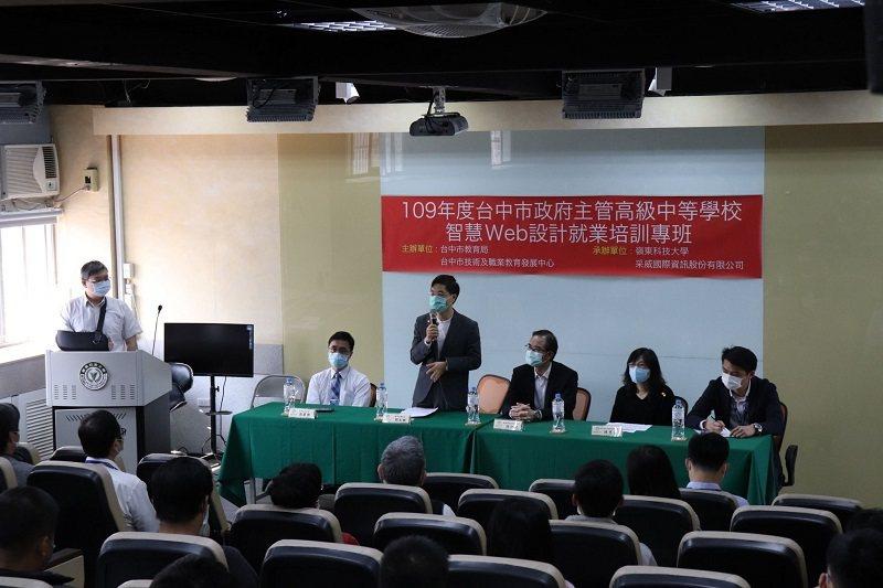 台中市教育局副局長劉火欽在開訓典禮勉勵同學。 嶺東科大/提供