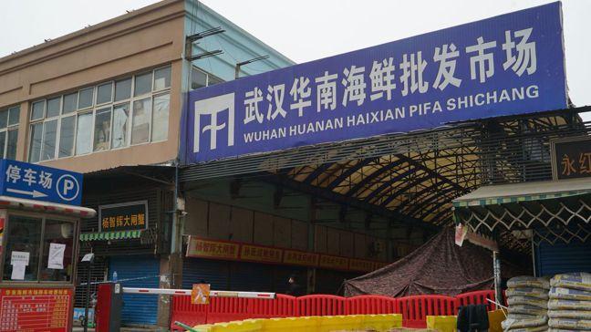 武漢華南海鮮批發市場內有很多野味店,被懷疑是新冠病毒來源地。圖/美聯社