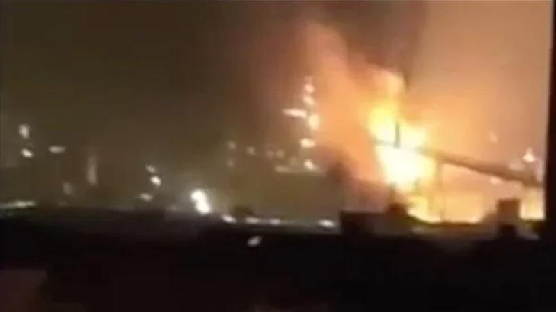 爆炸現場可見火光沖天。視頻截圖