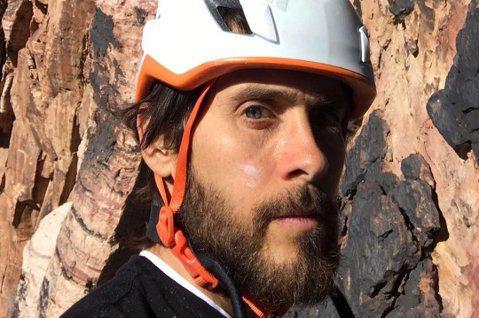 演出2016年電影「自殺突擊隊」小丑一角的美國男星傑瑞德雷托(JaredLeto)在社群媒體貼文,表示先前攀岩時,繩索在183公尺時險些斷裂,稱這是他「最接近死亡的一天」。48歲的傑瑞德雷托日前在推...