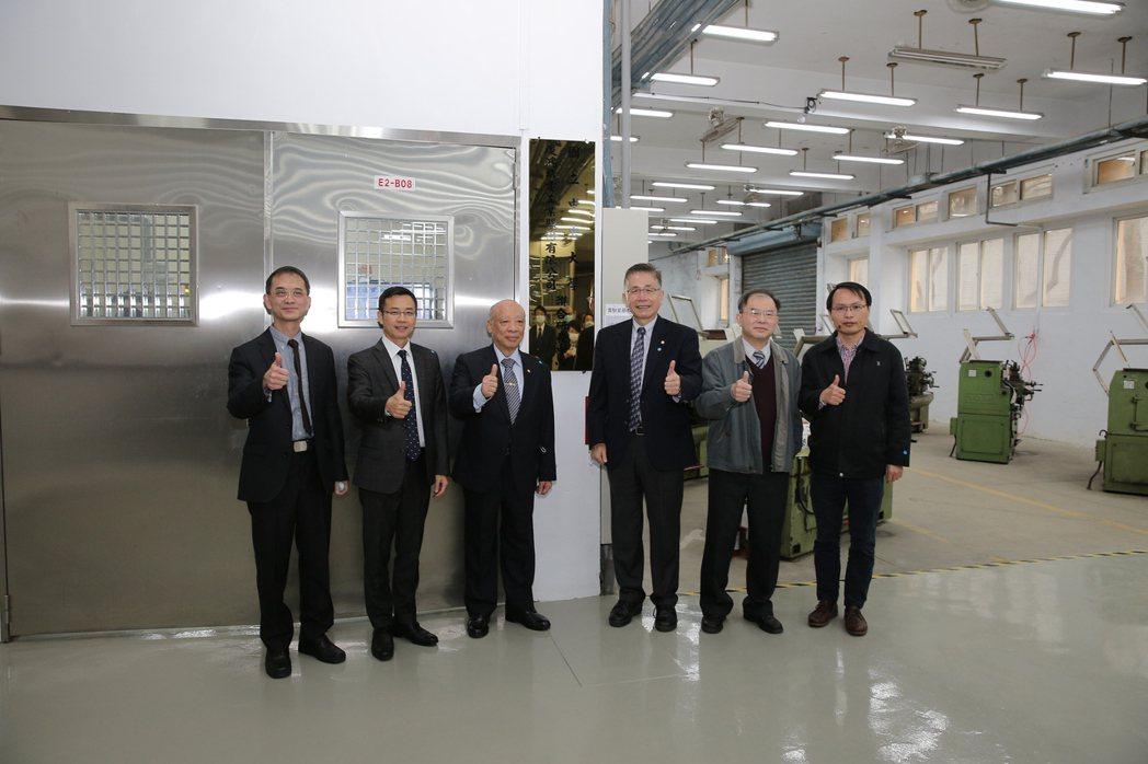 慶鴻機電與中央大學成立「聯合研發中心」,導入完整的非傳統加工智慧製造教學設備,齊...