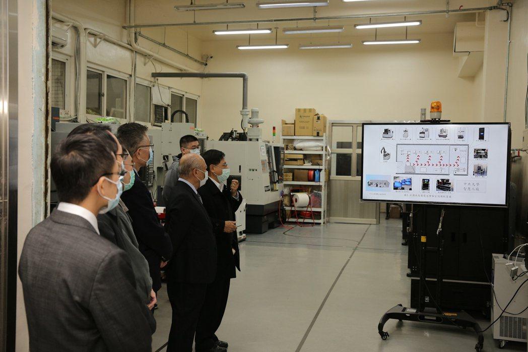 由中央機械系崔海平教授引導、介紹非傳統加工智慧製造實驗室。 慶鴻機電/提供
