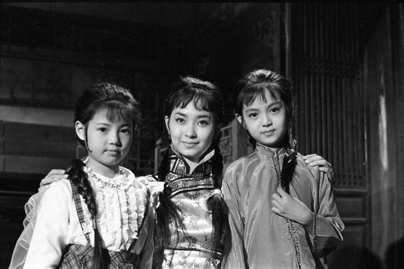1964年11月,中影公司為《婉君表妹》招考童星演員,圖為唐寶雲(中)與謝玲玲(...
