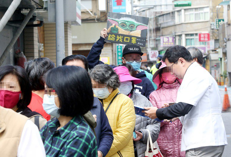 藥局前大排長龍的隊伍,已成台灣的最新風景。 聯合報系資料照/記者邱德祥攝影