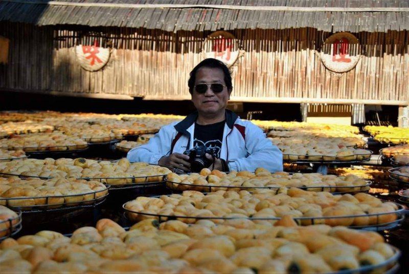 基隆市退休國小校長楊熾瀧說,退休後才真正開始認識這塊土地,圖為他到北埔去拍曬柿餅...
