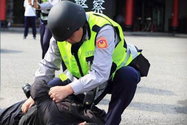 踹頭事件後,未停止的「報復性執法」——警界法治教育與心理健康危機