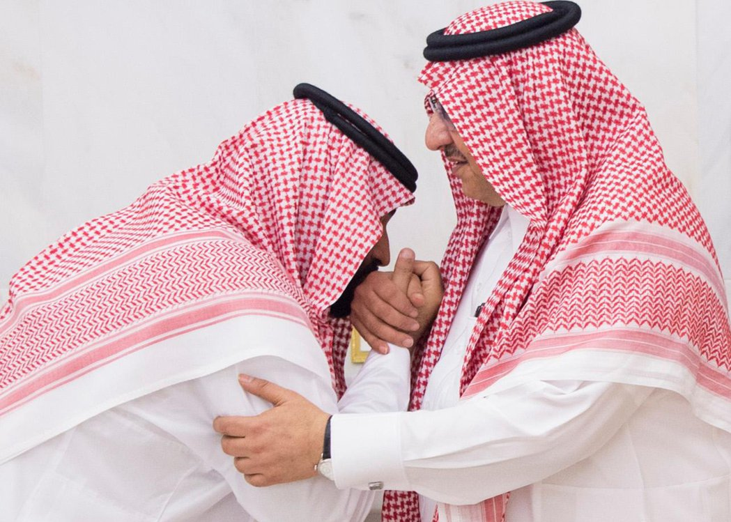 圖為新舊交接後,沙烏地官方釋出的王室照片。包括被拔掉地位的「前王儲」穆罕默德.本...