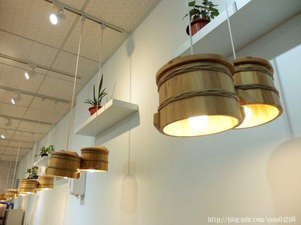 每桌會有設計感十足的小木桶吊燈,看起來是不是很有fu呀~好有特色的陳設
