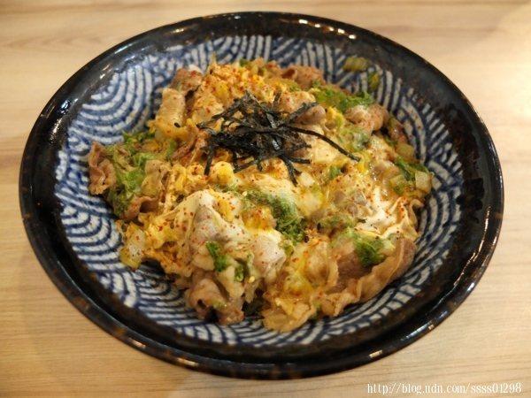 招牌日式丼-牛五花丼110元,湯匙一往下舀起來,滿滿的牛五花肉給得好有誠意