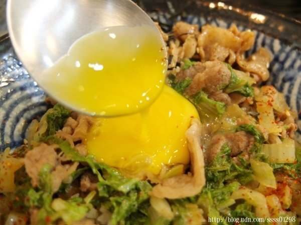 戳開蛋黃讓濃郁蛋液流開來,再好好與整碗飯攪拌一會兒,整體美味度直升!
