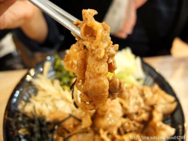 豬肉口感嫩Q,攪拌後沾滿丼飯醬汁,油亮色澤令人垂涎三尺,入口帶香氣