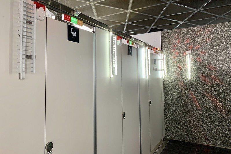 每一間廁所外的燈示,有人用、沒人用、坐式、蹲式,一目瞭然