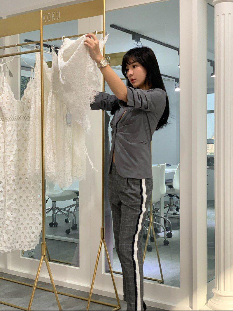 無論出席什麼場合,scrappykoko期望都可以穿上舒適好看的洋裝,因此根據銷量大的款式進行改訂製。