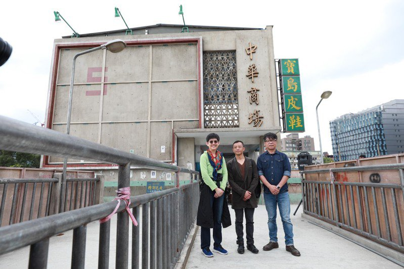 公視總經理曹文傑(左起)、導演楊雅喆、美術指導王誌成導覽「天橋上的魔術師」搭建起的中華商場場景。圖/公視提供