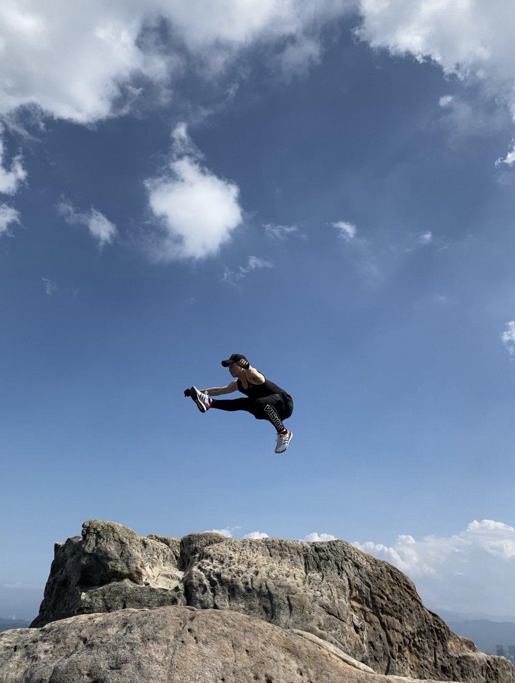 張洛偍登山健身。圖/周子娛樂提供