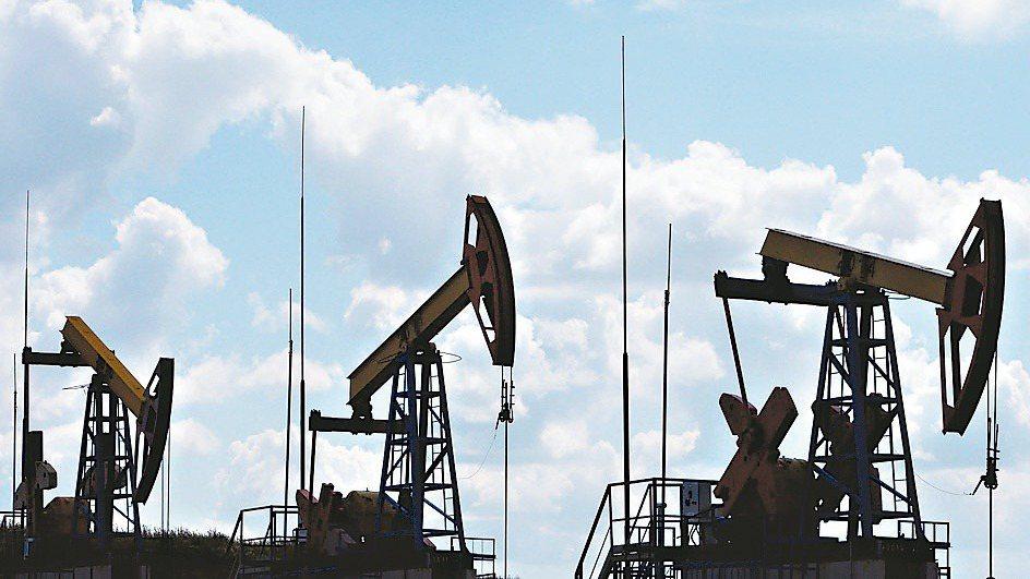 國際油價9日盤初崩跌30%。 (路透)
