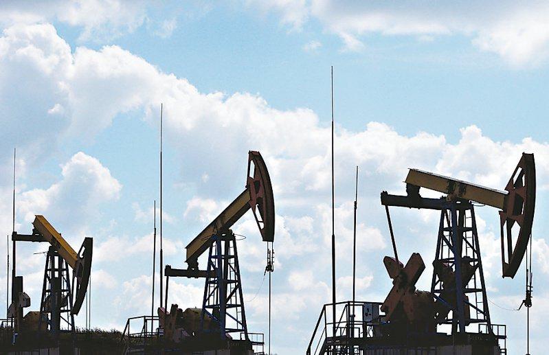 國際油價9日盤初崩跌30%。(圖/路透)