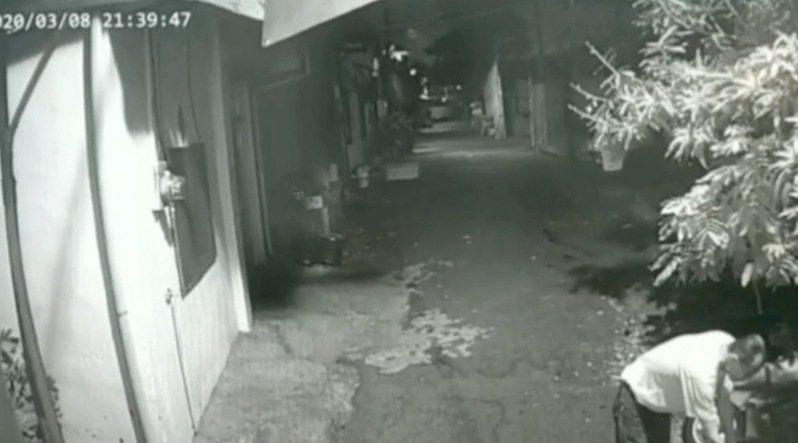 台中市張姓男子昨天晚間10時許前往西屯區西屯路,持雜草、打火機燃燒林姓女鄰居的機車。圖/讀者提供