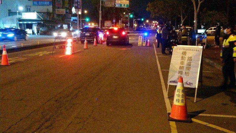 台中市第三警分局5日晚間在南區建成路執行聯合稽查,查獲9輛不合格車輛,依噪音管制法開罰。圖/第三警分局提供