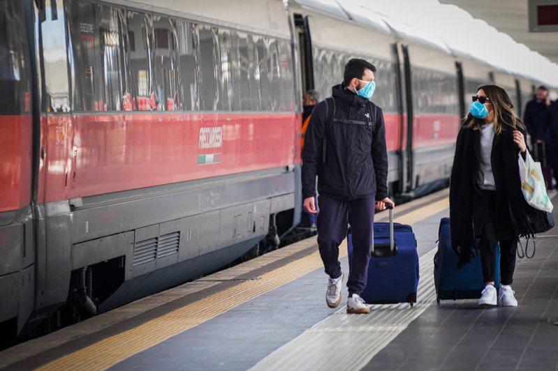 米蘭8日封城後,當天民眾仍可搭火車和飛機離開。圖為從米蘭搭火車到那不勒斯的乘客。歐新社