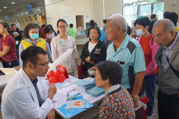 安南醫院家醫科醫師陳泓毓(左下)今天表示,為避免接觸傳染,消毒液的使用就很重要。...