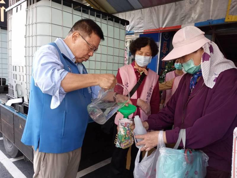 助防疫,台南市議員蔡育輝(左)提供10萬公升次氯酸水,上午起免費對外發放。圖/蔡育輝服務處提供