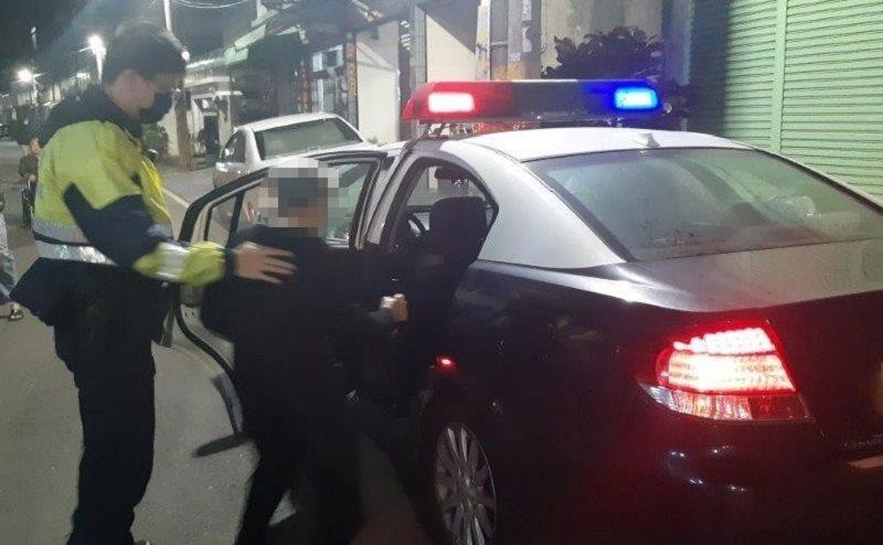85歲吳姓老阿嬤思念雙親,獨自搭車外出返鄉掃墓,入夜後仍在街頭徘迴引起警方注意。記者徐白櫻/翻攝