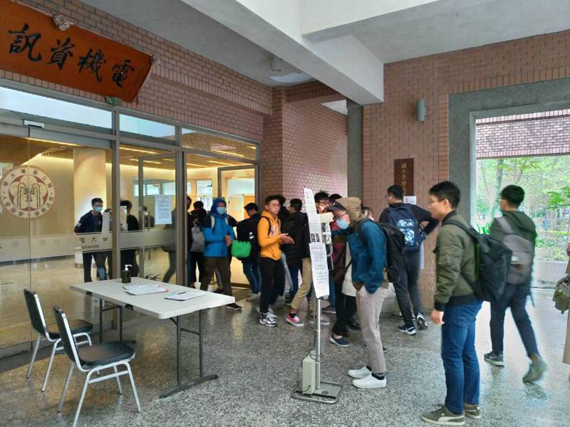 台大電資院學生自主量體溫刷卡消毒進系館。圖/蘇美如提供