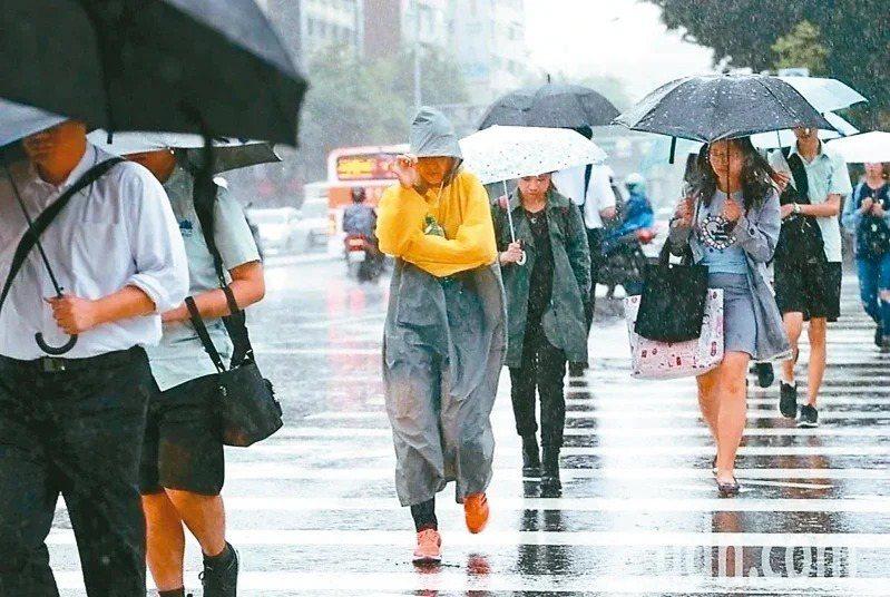 明天起鋒面靠近,東北季風增強,全台有雨。聯合報系資料照
