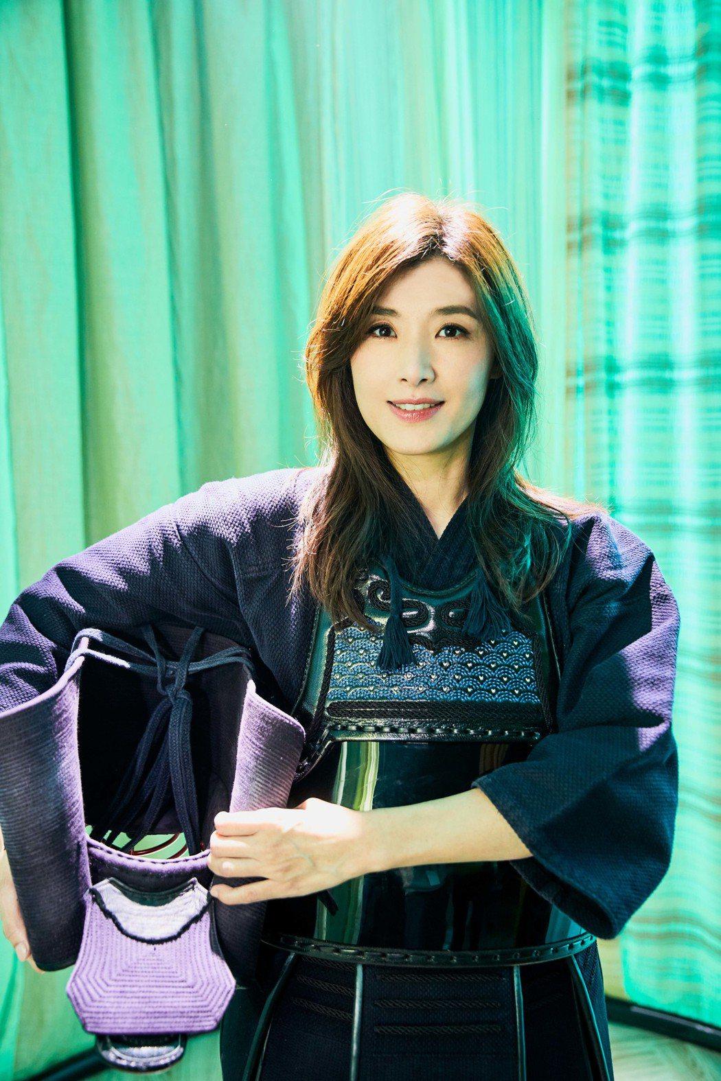 蘇慧倫在MV中扮成帥氣女劍士。圖/相信音樂提供