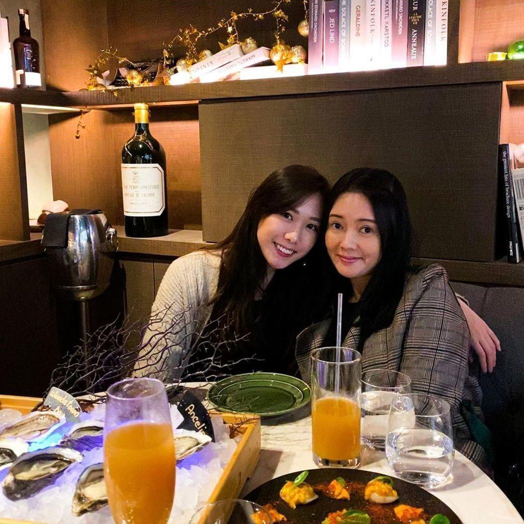 李麗珍與女兒合照像姊妹。 圖/摘自李麗珍IG