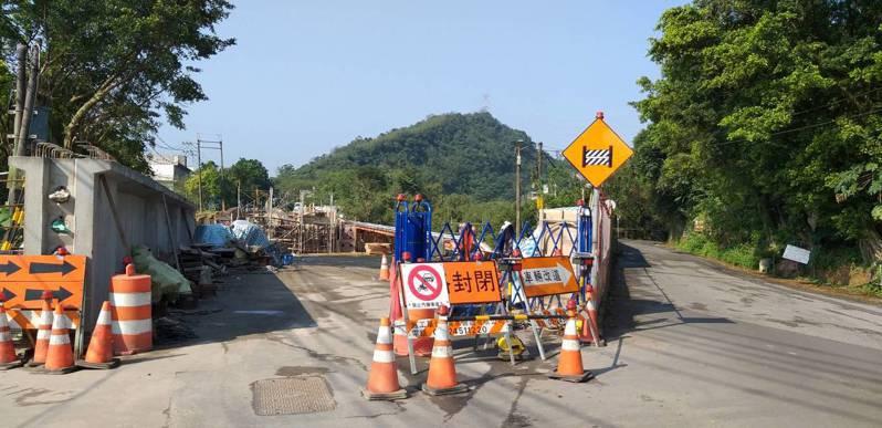 基隆市七堵區21號橋重建,阻斷汐止、六堵往來捷徑,車輛須改走右側友蚋產業道路。記者邱瑞杰/攝影