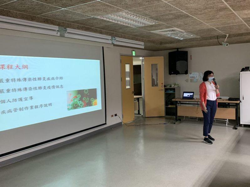 新冠肺炎延燒,台北市許多第一線社工人員,因必須家訪關懷、或陪同個案出入醫院治療或驗傷等,台北市家庭暴力暨性侵害防治中心今天舉行防疫訓練講座。圖/台北市社會局提供