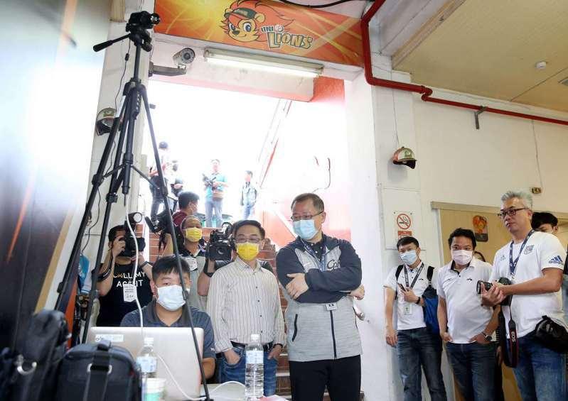 中職會長吳志揚及台北醫學大學教授陳宜民視察球迷進場體溫測量狀況。圖/中職聯盟提供