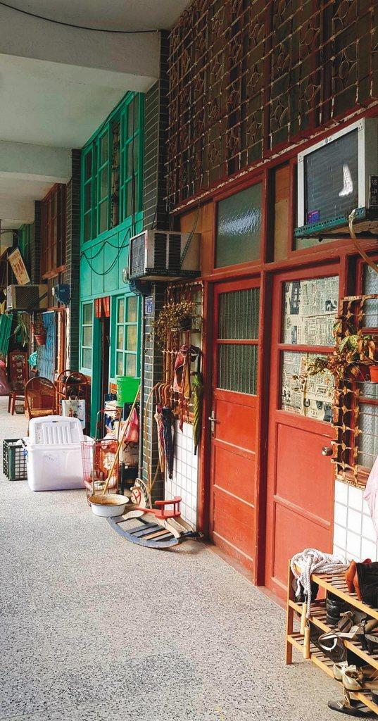 「天橋上的魔術師」還原80年代中華商場內的商店及住家,細節都很用心。記者杜沛學/攝影