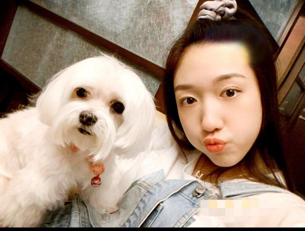 李翊君愛女王敏淳(香奈兒)相當疼愛愛犬「兩萬」。圖/王敏淳提供