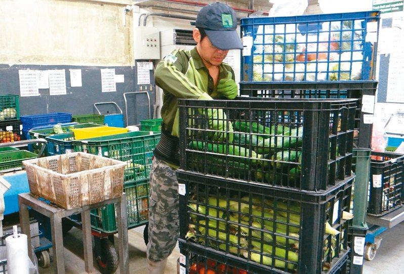 台北市立動物園響應減塑,利用更換食物容器、調整運送方法,去年減少塑膠袋用量約1萬1280個。 圖/台北市立動物園提供
