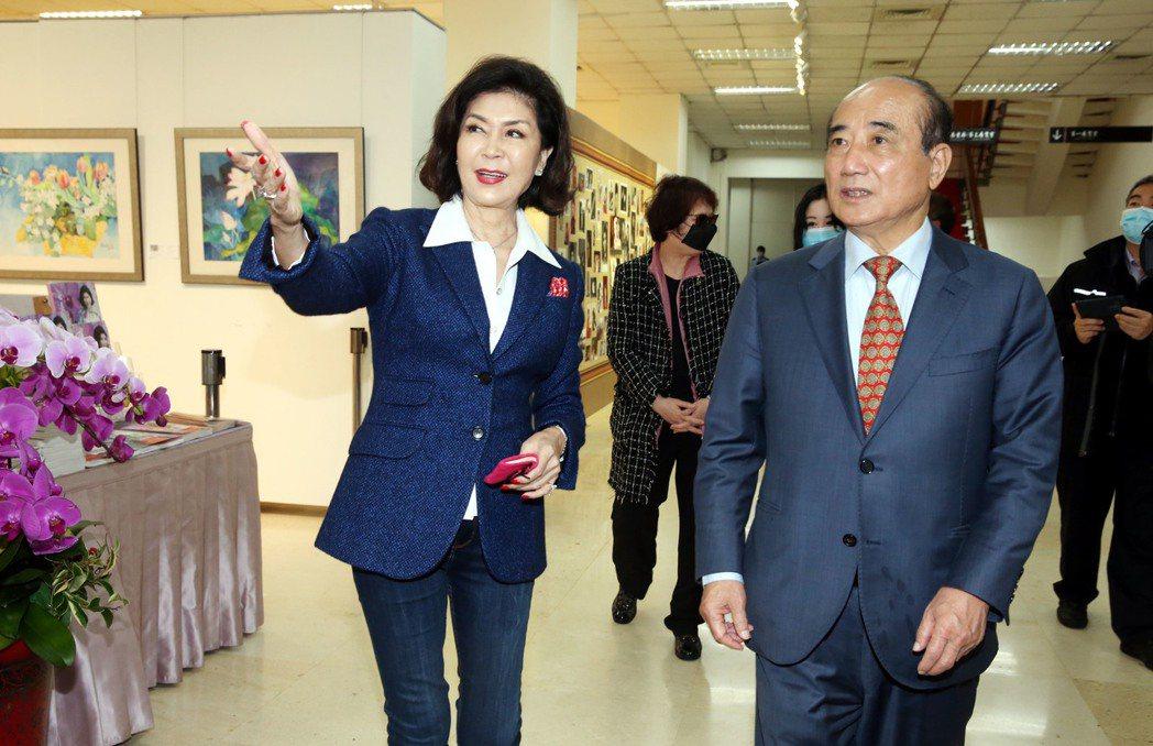 白嘉莉40年藝術創作個展正在台北市藝文推廣處舉行,前立法院長王金平到場參觀白嘉莉