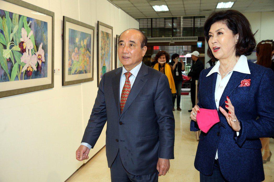 白嘉莉40年藝術創作個展正在台北市藝文推廣處舉行,前立法院長王金平到場參觀白嘉莉...