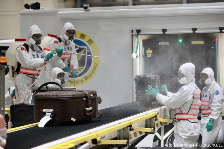 旅客抵台下機後,經醫師進行健康評估,均無須後送,故統一由交通車載送國內3處集中檢...