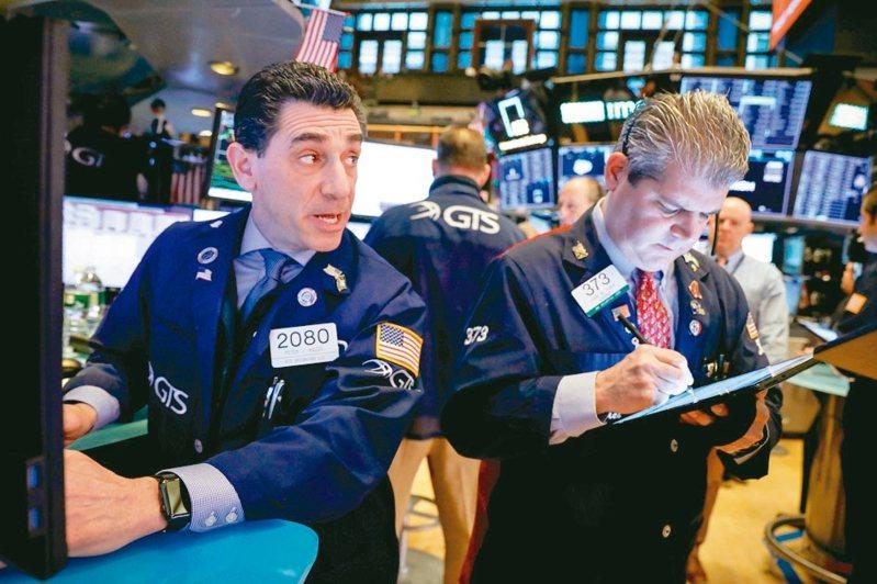 國人最愛的第一名仍是聯博全球高收益債券基金,到8月底共持有新台幣3,886億元,雖然離2月底市場急跌前的4,100億元仍有一小段差距,但與3月資金大量流出相比,最近數月資金已快速回流。圖/聯合報系資料照