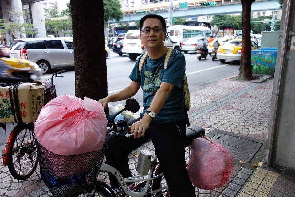 網購達人486先生多年前推出補運祭改代收代轉服務,曾親自騎著腳踏車協助送件。網購...