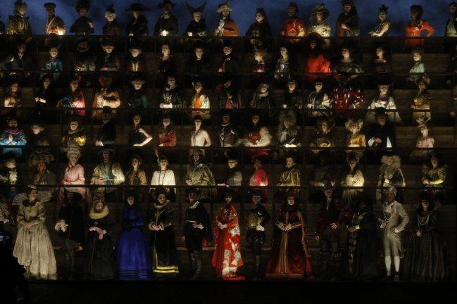 路易威登的大秀場景是氣勢磅礡的200人合唱團,團員服裝設計由奧斯卡最佳服裝設計獎...