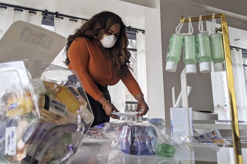 華盛頓特區29歲的艾狄莉莎‧帕特羅姆,不僅提供民眾重要的防疫資訊,她的快閃商店也販售許多平價醫療用品如口罩和急救包。(美聯社)