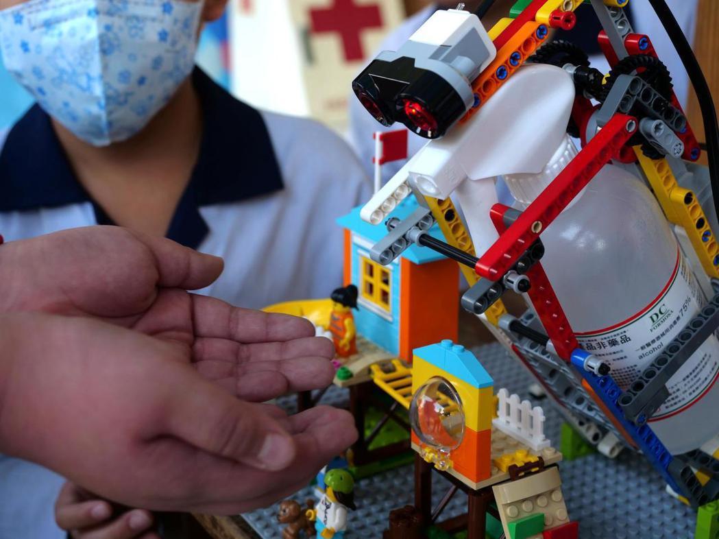 學生自組樂高機器人,應用在消毒防疫。(來源:路透社)