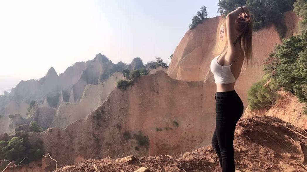 台灣女生到火炎山遊覽,拍下多張性感美照,引來網民討論,有人質疑太危險。(Viki